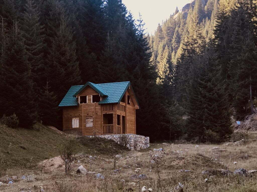 z jakich elementów zbudowany jest drewniany dom